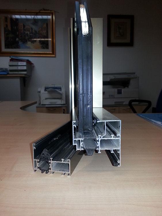Angolare-alluminio-doppio-vetro-vista