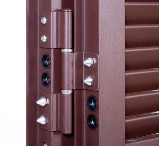 persiana blindata in acciaio con ovaline fisse in acciaio e rostri